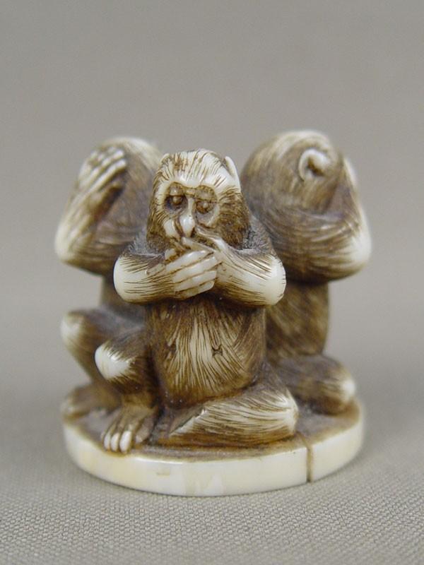 Нэцкэ «Три обезьяны», кость, резьба. Япония, XIXвек, высота— 3см