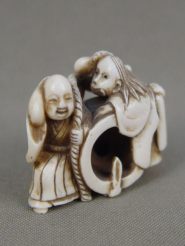 Нэцкэ «Ведьма сколоколом имонахом», кость, резьба. Япония, XIXвек, высота— 3см