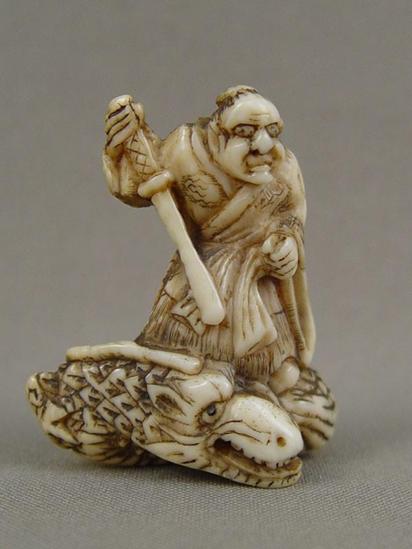 Нэцкэ «Самурай надраконе», кость, резьба. Япония, XIXвек, высота— 5см