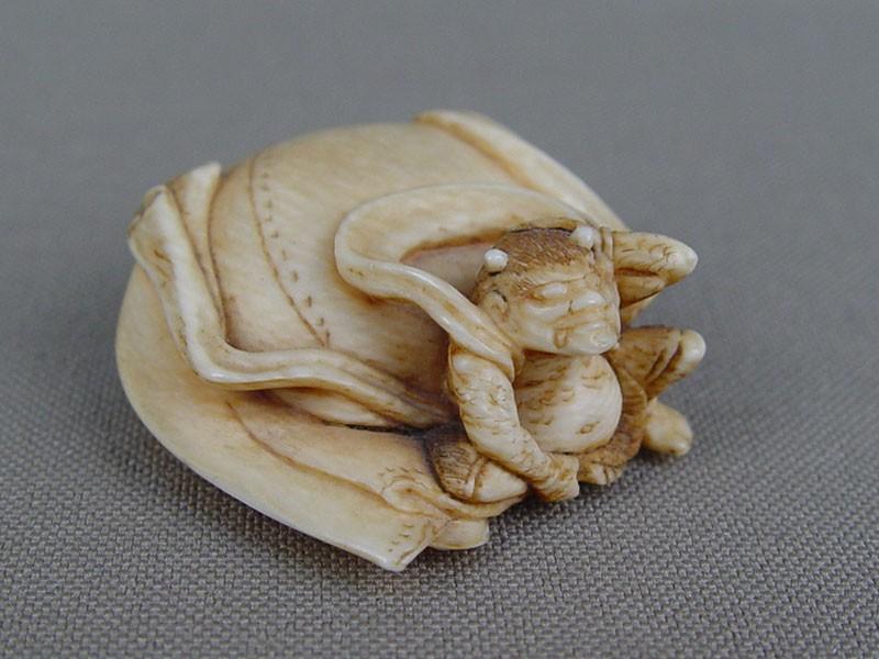 Нэцкэ «Бог ветра смешком», кость, резьба. Япония, XIXвек, высота— 3см
