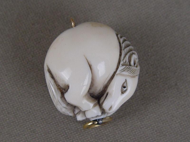 Нэцкэ «Лошадь», кость, резьба. Япония, начало XXвека, высота— 2,5см