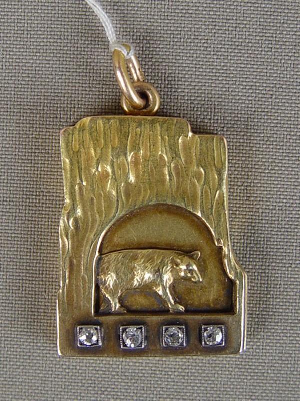 Подвеска— медальон «Белый медведь», золото 56пробы, общий вес— 13,84г. Москва, 1908год. Вставки: бриллианты (4бр «Старой упрощенной» огр.— 0,20ct 3/3)
