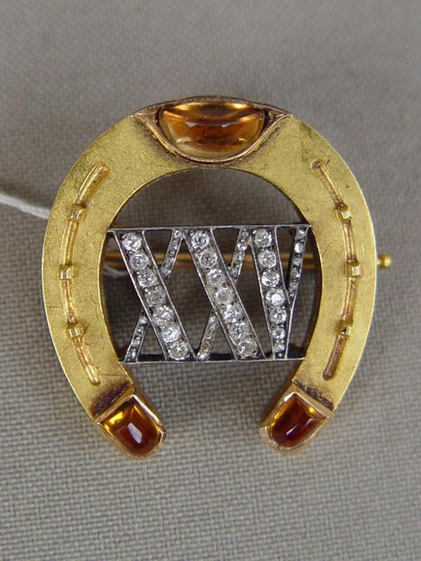 Брошь «Подкова», золото 56пробы, общий вес— 9,75г. Вставки: бриллианты (20бр— 0,5ct 3/3-4; 22алмаза— 0,05ct); цитрины (3шт.— 2,10ct). Экспертиза.