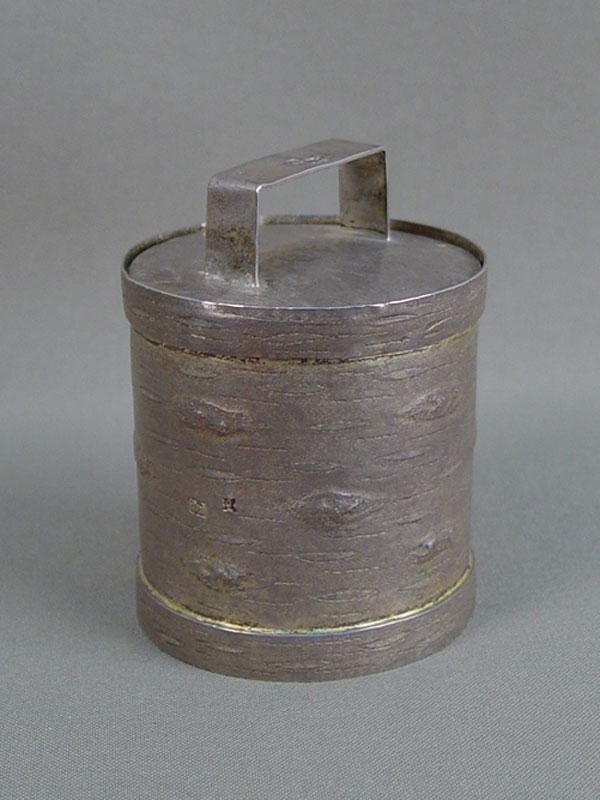 «Туесок», серебро 84пробы, Москва, 1867 год, мастер «АО» общий вес— 116,3г, высота— 6см