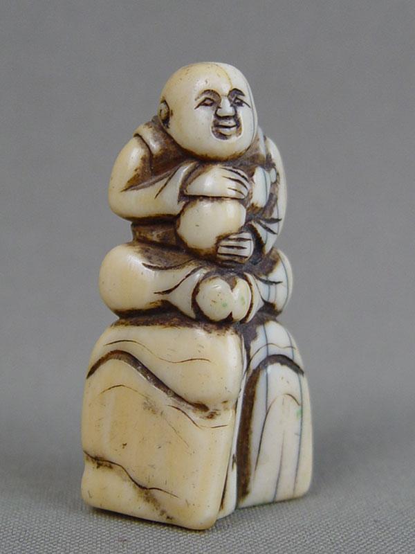 Нэцкэ «Ямабуси стыквой-горлянкой», кость, резьба. Япония, XVIIIвек, высота— 4,8см. Ямабуси— странствующие монахи— «лежащие, спящие среди гор»— считаются символом духовного учения, мудрости, стойкости исилы духа. Иногда изображаются несущими тыкву-горлянку счистой, хрустальной водой— символом жизни.