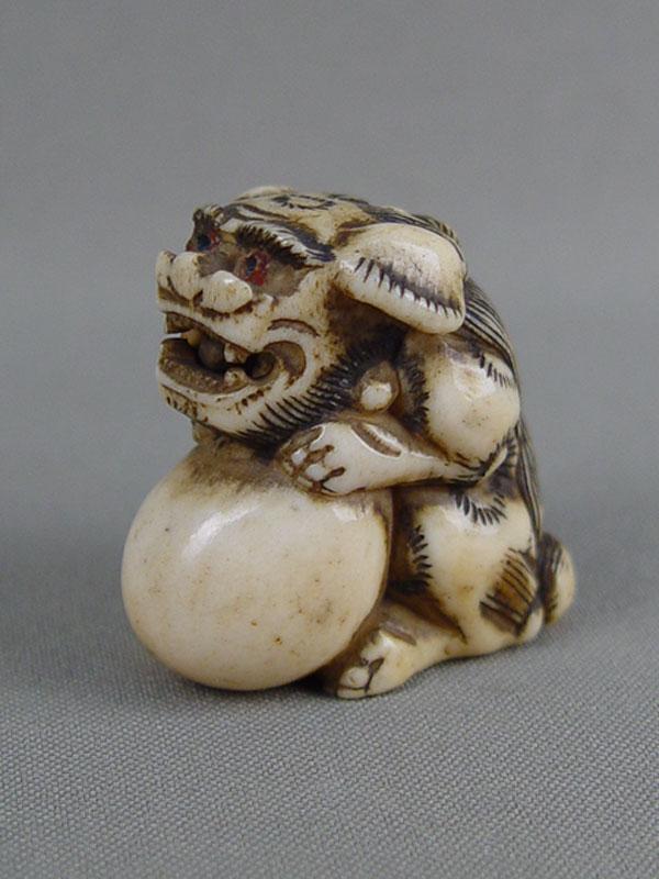 Нэцкэ «Собака Фо», кость, резьба. Япония, XIXвек, высота— 3,5см