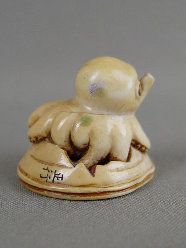 Нэцкэ «Осьминог вылезающий израковины», кость, резьба. Япония, XIXвек, высота— 3см
