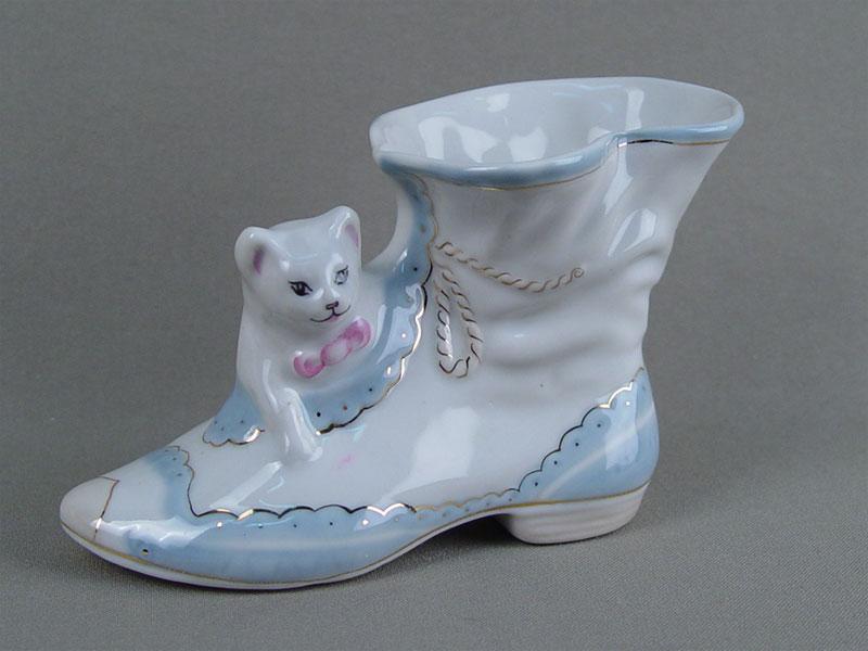 «Кот всапоге», фарфор, роспись, золочение. Песочное, 1970-е годы, высота— 8см