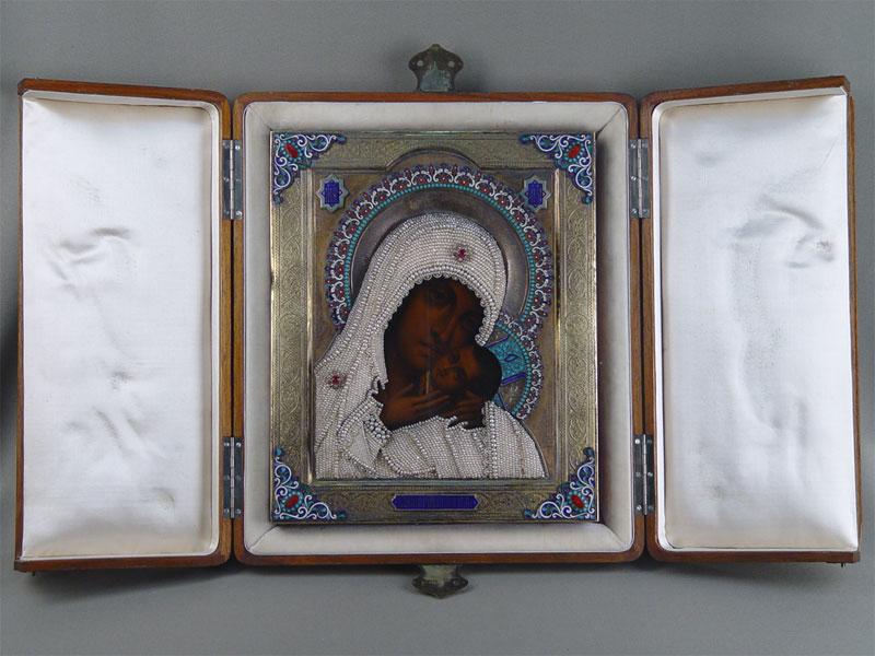 Икона «Пресвятая Богородица Касперовская» впоходном киоте. Дерево, масло, оклад серебро 84пробы, эмаль, жемчуг, 1896год. Размер иконы 27×22см