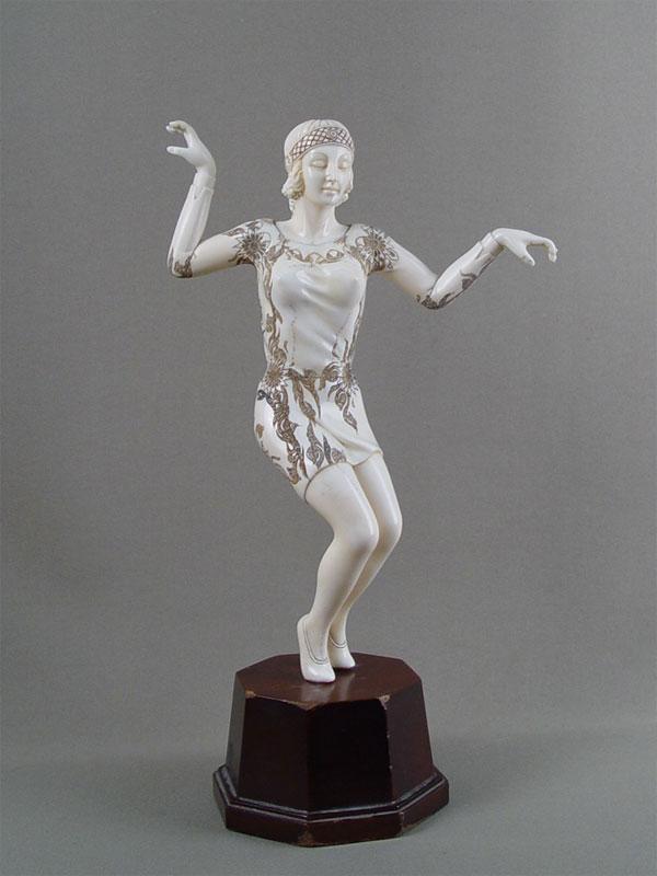 «Танцовщица», кость, дерево. Западная Европа, XXвек, высота— 31см (склейка-палец)
