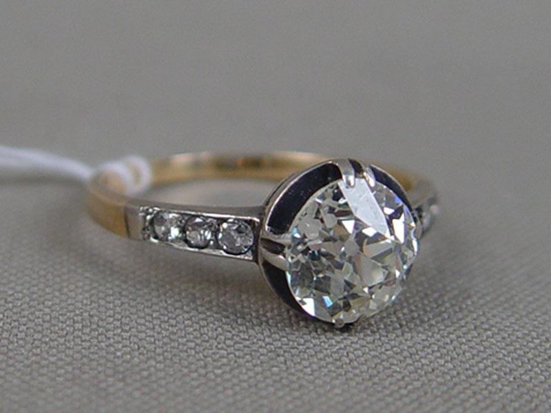 Кольцо, золото пореактиву, общий вес— 3,28г.  Вставки: бриллианты (1бр «Старой» огр. — 2,20ct 7/6; 5бр «Старой» огр. — 0,11ct 4/4-6; 1бр Кр57— 0,016ct 4/4), размер кольца 17,75.