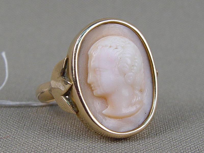 Кольцо, золото пореактиву, общий вес— 4,8г., камея нараковине, размер кольца 18,0