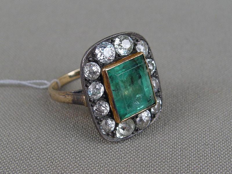 Кольцо, золото пореактиву, общий вес— 7,76г. Вставки: бриллианты (8бр «Старой» огр.— 1,70ct 4-5/4-6; 4бр «Старой» огр.— 1,35ct 6-8/7-8); 1изумруд (4,00ct 4/Г2), размер кольца 17,0