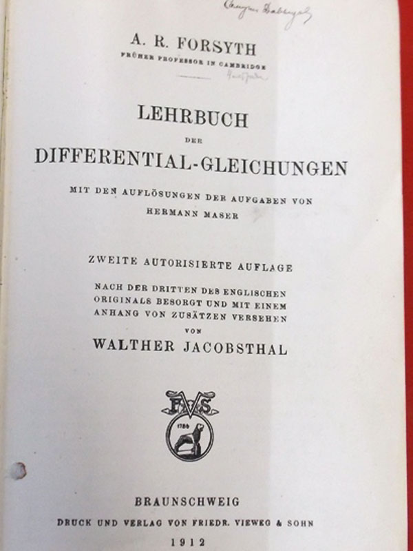 Форсайт, Андрю Рассел. Курс дифференциальных уравнений./ Andrew Russell Forsyth. Lehrbuch der Differential-Gleichungen. Перевод санглийского нанемецкий Вальтер Якобсталь.— Брауншвейг: Фридрих Вивег иСын, 1912.— 920стр. нанемецком языке. <i>Прижизненное издание. </i><p>Andrew Russell Forsyth (1858— 1942), британский математик, профессор.</p>