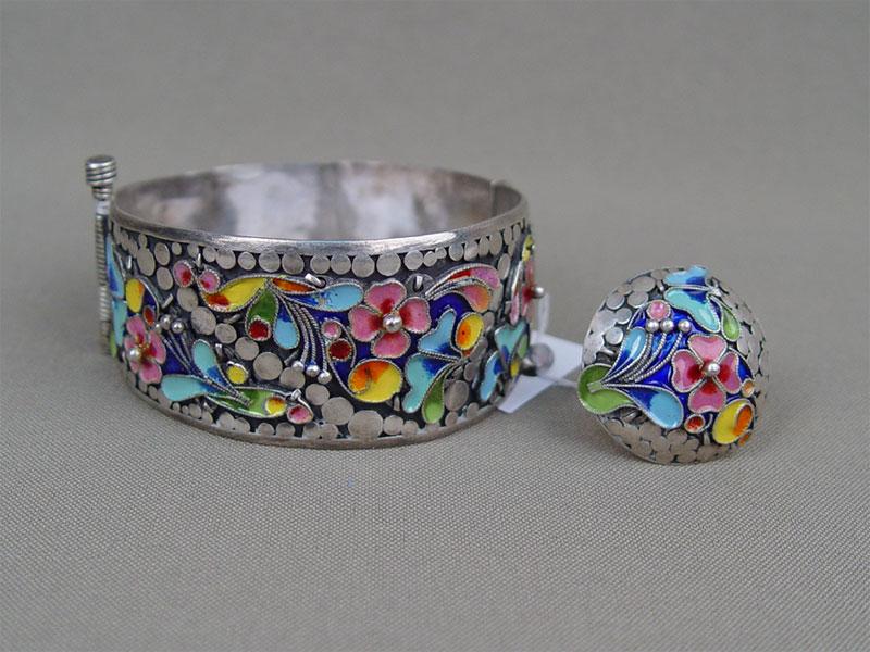 Комплект: браслет и кольцо, серебро по реактиву, эмаль; общий вес 58,6г.