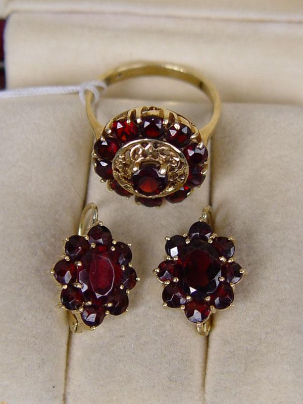 Комплект: серьги икольцо, золото пореактиву, гранаты; общий вес— 9,86г., размер кольца 18,0