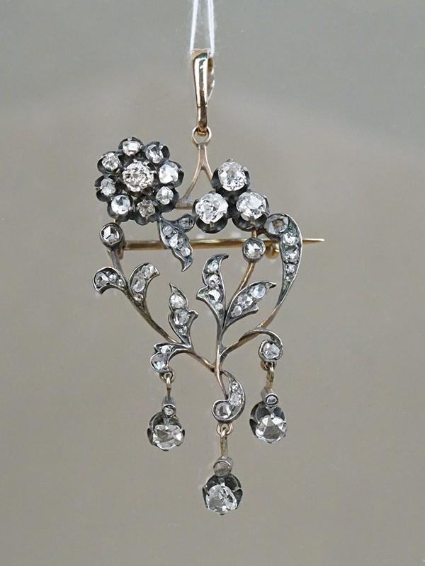 Брошь-подвеска, золото 56пробы, общий вес— 7,31г. Вставки: бриллианты (4бр «Старой» огр.— 0,60ct 4-6/5-6; бр. «Роза»); 1горный хрусталь