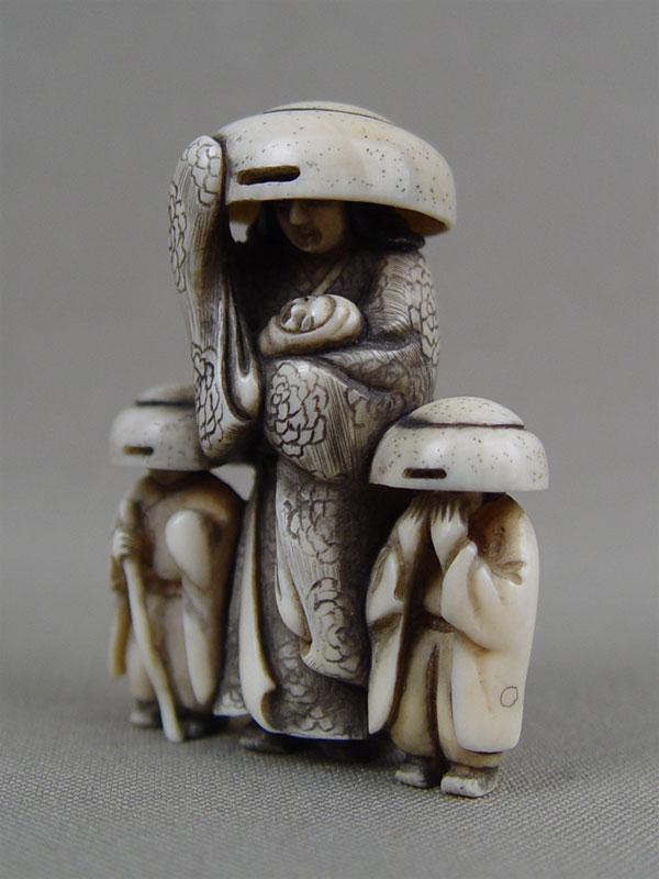 Нэцкэ «Мать сдетьми всоломенных шляпах», кость, резьба. Япония, начало XXвека, высота— 5см