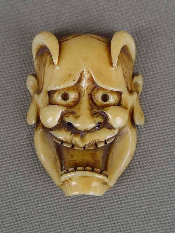 Нэцкэ «Маска Ханья» (олицетворение ревнивой жены), кость, резьба. Япония, конец XIX— начало XXвека, длина— 5см