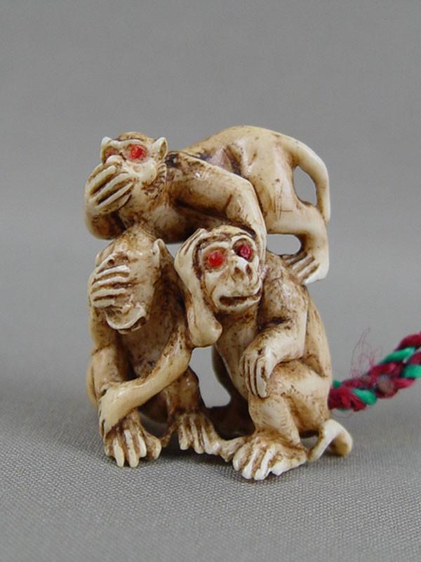 Нэцкэ «Самбики-сару. Три священных обезьяны», слоновая кость, резьба. Япония, начало XXвека, высота— 4,5см. Три обезьяны воплощали буддистские идеи «неслышания», «невидения» и«неговорения» зла— символ отрешенности от неистинного.