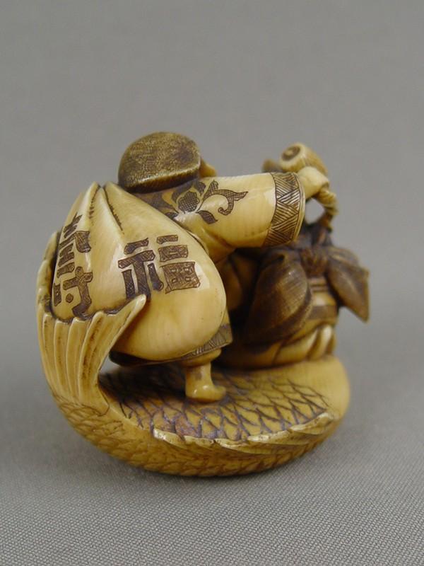 Нэцкэ «Эбису иДайкоку нарыбе», кость, резьба. Япония, конец XIXвека, высота— 5см