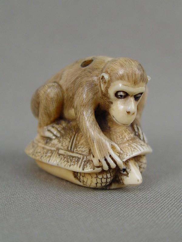 Нэцкэ «Обезьяна, выкалывающая глаза черепахе», кость, резьба. Япония, конец XIXвека, высота— 3см