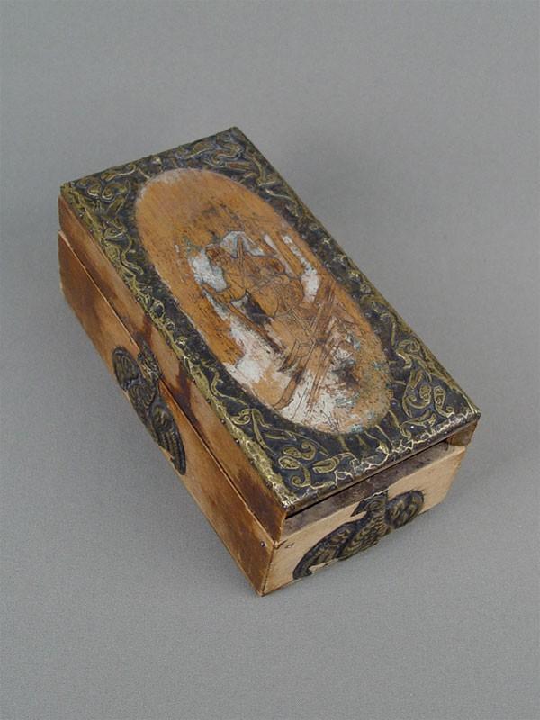 Шкатулка врусском стиле «Лыжник», дерево, выжигание, латунная басма, начало XXвека, 17,5×8,5см