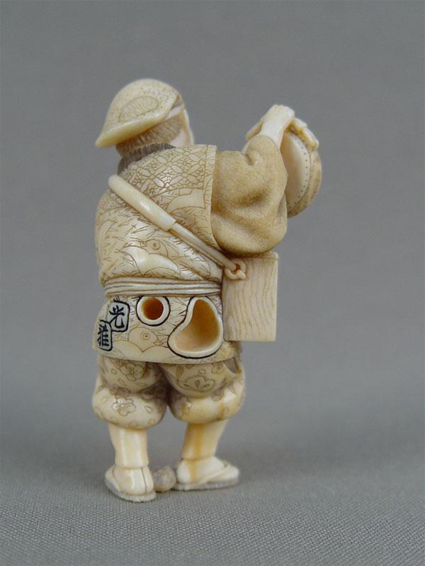 Нэцкэ «Уличный музыкант», кость, резьба. Япония, XIXвек, высота— 6см