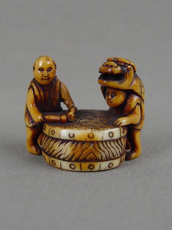 Нэцкэ «Барабанщики», кость, резьба. Япония, XVIIIвек, Miwa, высота— 4см