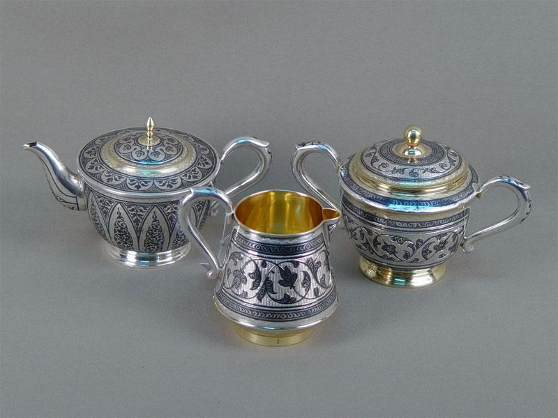 Сервиз изтрех предметов: чайник, сахарница имолочник, серебро 875пробы, чернь, золочение. Кубачи, общий вес— 613г.