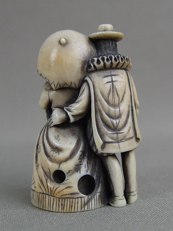 Нэцкэ «Европейцы: кавалер идама», кость, резьба, начало XXвека, высота— 5см