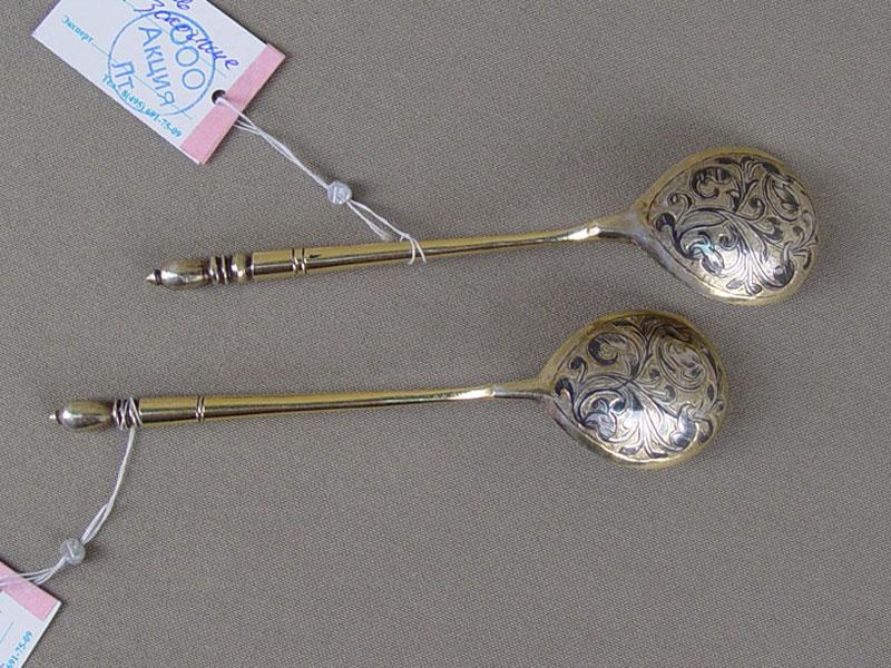 Две чайные ложки, серебро 84пробы, чернь, золочение, общий вес— 44г.