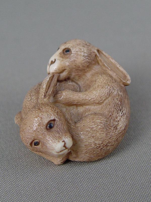 Нэцкэ «Два кролика», кость, резьба, 3×5см