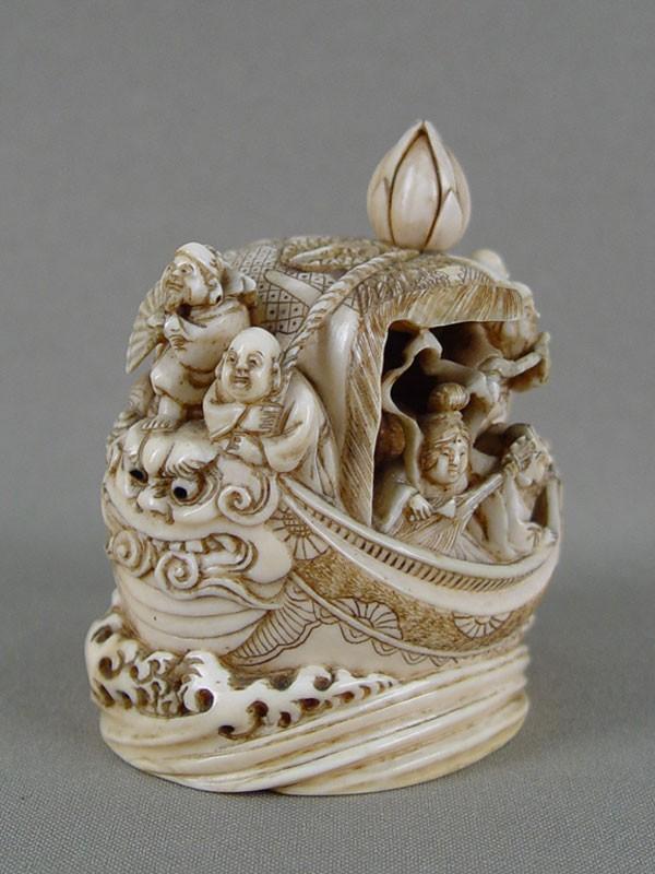 Окимоно «Семь богов счастья накорабле», кость, резьба, высота— 7,5см