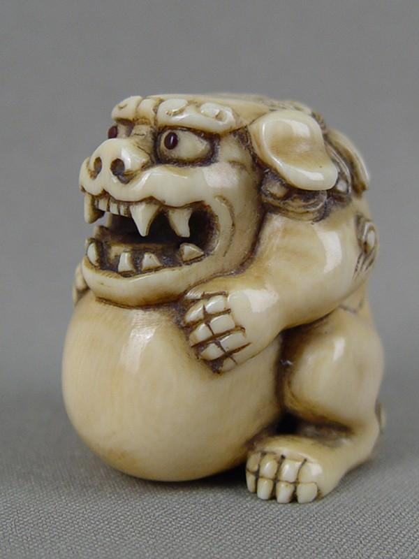 Нэцкэ «Собака Фо», кость, резьба. Япония, конец XIX— начало XXвека, высота— 4см