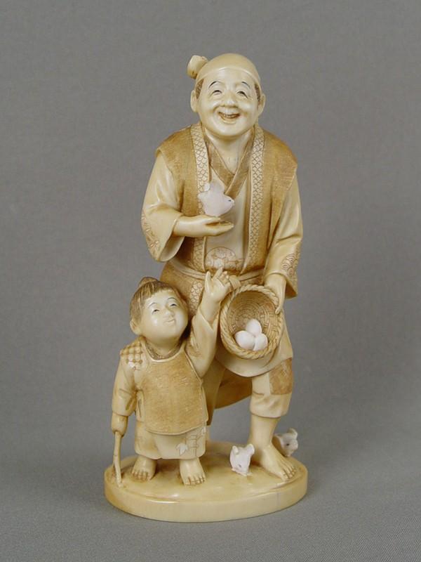 Окимоно «Отец ссыном ивылупившиеся цыплята», кость, резьба. Япония, XIXвек, высота— 16см
