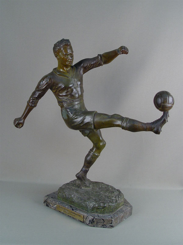 «Футболист», шпиатр, постамент камень, начало XXвека, высота— 53см, автор H.Fogers