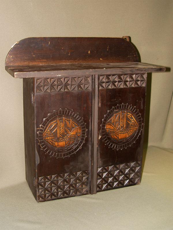 Шкафчик аптечный врусском стиле попроекту Елены Поленовой «Корабли», дерево, резьба. Абрамцево, начало XXвека