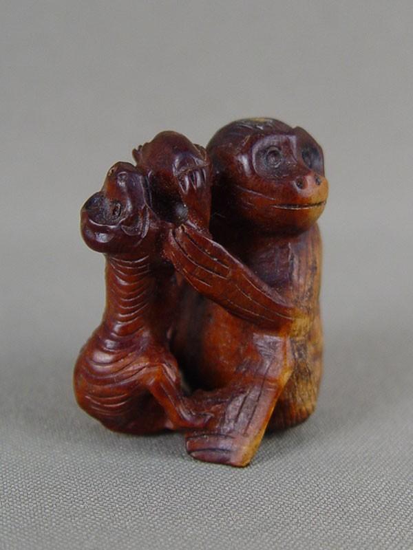 Нэцкэ «Две обезьяны», дерево, резьба. Япония, середина XXвека, высота— 4см