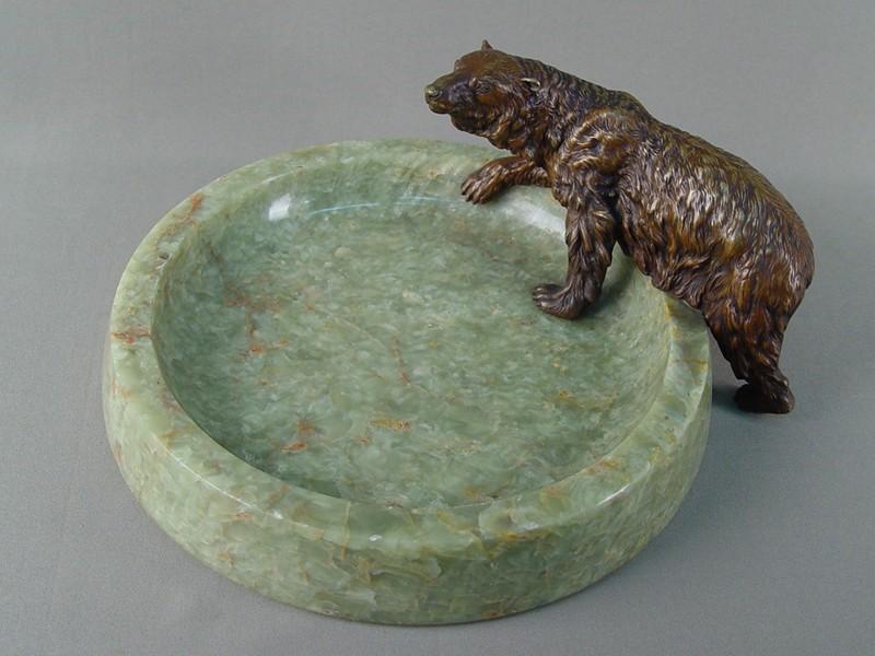 Визитница «Бурый медведь», бронза, оникс. Австрия, XIXвек, диаметр лотка 27см., размер медведя 21×12см
