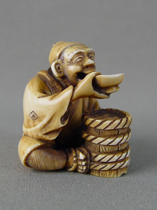 Нэцкэ «Трапеза», кость, резьба. Япония, конец XIX— начало XXвека, высота— 4см