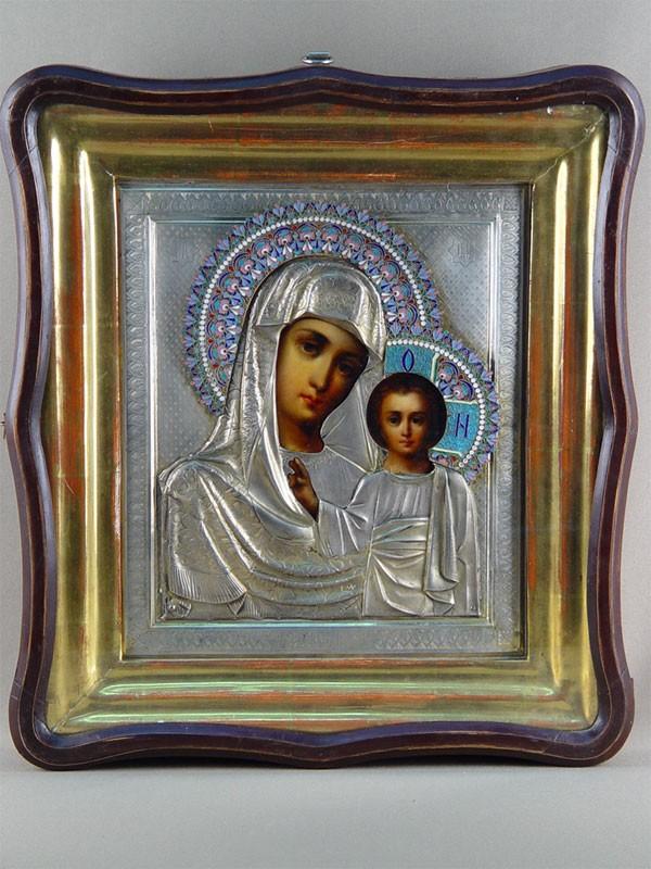 Икона «Пресвятая Богородица Казанская», дерево, масло; оклад серебро 84пробы, венцы— эмаль. Конец XIXвека, 30× 26см; киот