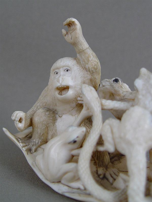 Окимоно «Обезьяны, лягушки измея плывут налисте», кость, резьба. Япония, конец XIX— начало XXвека, длина— 15см; подставка дерево.