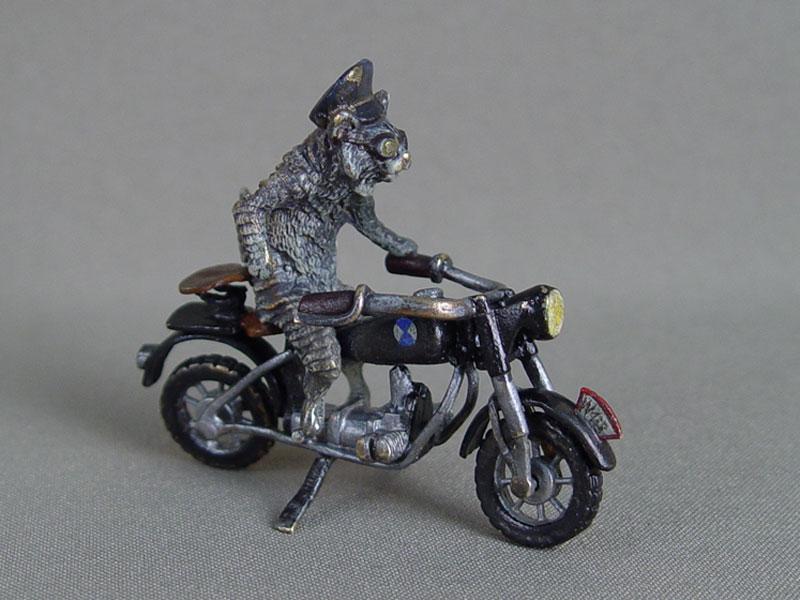 «Кот-мотоциклист», «венская» бронза, длина— 7см, Бергман, конец XIX— начало XXвека