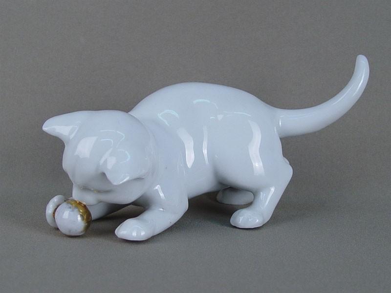 «Кошка смячиком», фарфор, золочение, длина— 19см