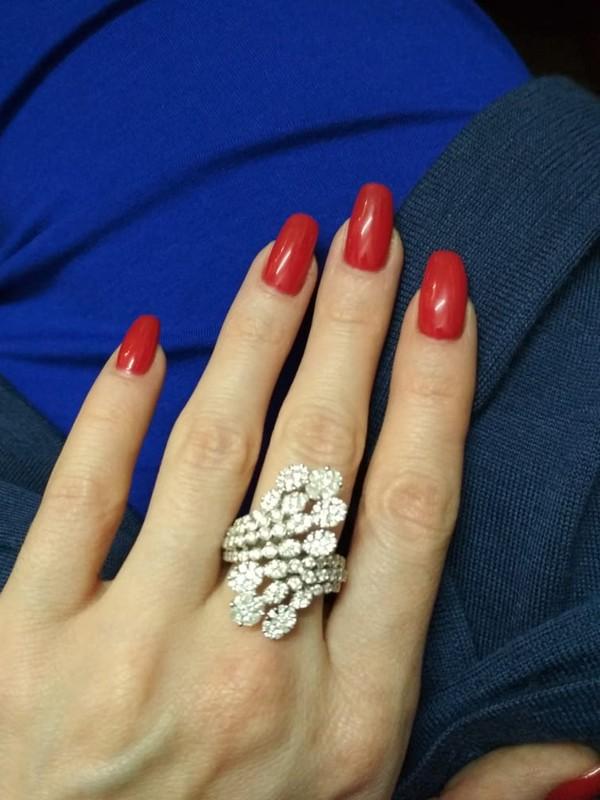 Кольцо, золото 750пробы (по реактиву), общий вес— 10,92г. Вставки: бриллианты (135бр Кр57— 2,25ct 3-4/4-5; 8бр «Маркиза»— 0,30ct 4/4-5; 4бр «Принцесса»— 0,08ct 3/4), размер кольца 17,0