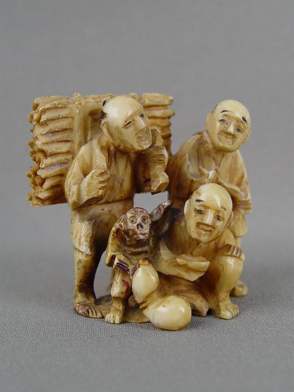 Антиквариат. Нэцкэ «Крестьяне и бродячий актер с обезьянкой», кость