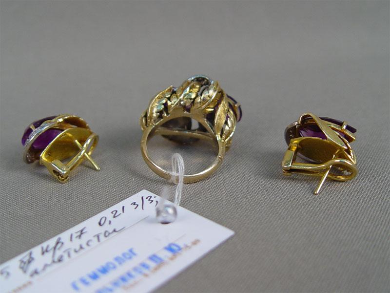 Комплект: серьги икольцо, золото пореактиву (585пробы), общий вес— 18,58г. Вставки: 25бриллиантов (Кр17— 0,21ct 3/3); аметисты, размер кольца 16,5