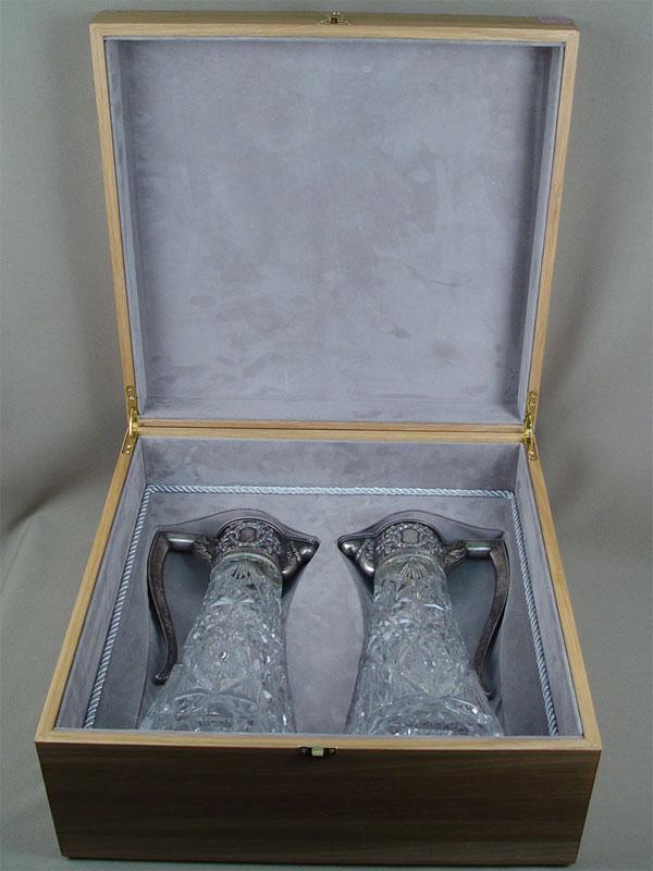 Пара графинов вдеревянном футляре, серебро 84пробы, хрусталь, высота— 31см
