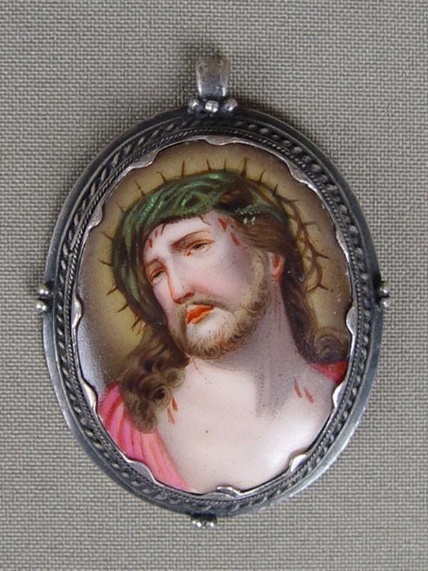 Подвеска «Христос втерновом венце», фарфор, живопись, металл, 5×4см